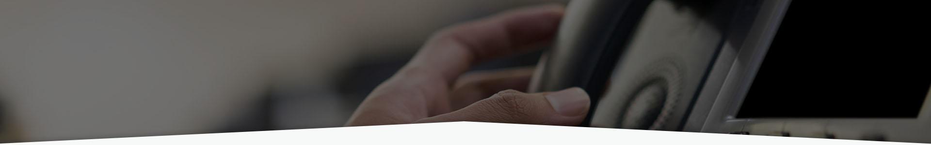 Dłoń i telefon stacjonarny