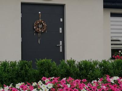 zdjęcie drzwi wejściowych do domu