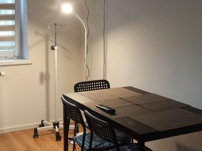 czarny stolik z czterema krzesłami