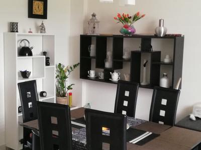 zdjęcie stołu w domu