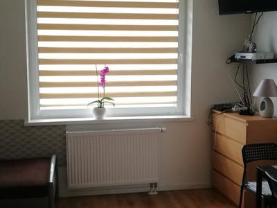 zdjęcie z pokoju z zasłoniętymi roletami